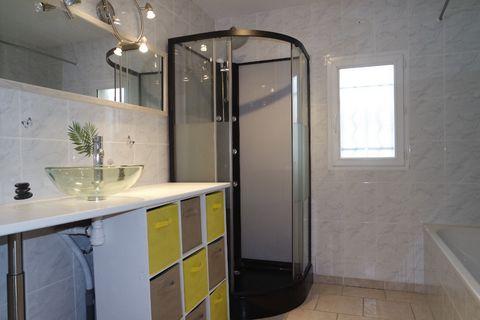 18220 - BRECY - Situé au calme belle Maison récente de plain-pied de 82m² environ 4 pièces 3 chambres comprenant : Entrée, Salon séjour avec cuisine ouverte et aménagée, 3 Chambres dont 1 avec dressing, Salle de bain et douche, Buanderie, Wc - Jardin...