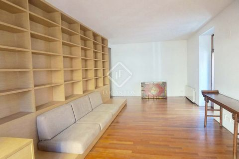 Exclusive apartment of 187 m² located in a 1920's buildiing in Ciutat Vella, a few steps from the Plaza del Temple, the Les Corts and the Turia Gardens. The property is completely renovated and offers 3 bedrooms, 2 bathrooms, a spacious living room w...