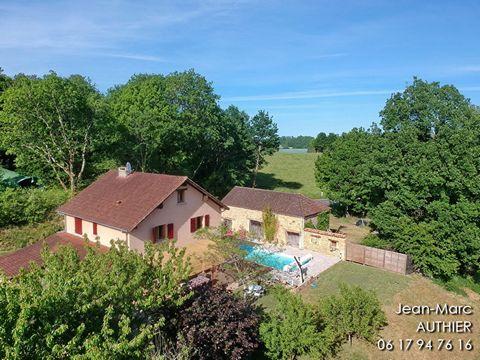 24220 A 9 km de SAINT CYPRIEN, Périgord noir, vallée de la Dordogne, maison entièrement rénovée avec piscine, grange et garage, belle vue sur la campagne. Budget: 329.000euros (honoraires à la charge du vendeur). Le rez de chaussée comprend une entré...