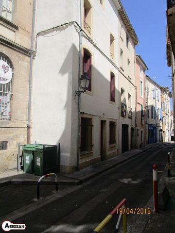 Hérault (34) A vendre, à Béziers, quartier des Halles, cet immeuble de rapport composé de quatre lots à usage d'habitation actuellement loués pour un revenu mensuel brut de 1420 €. A rafraîchir les parties communes et l'état des appartements modestes...