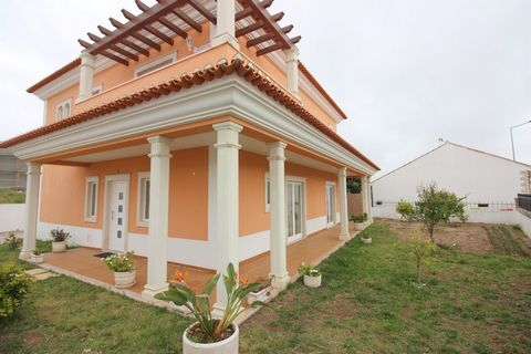 Located in Óbidos. House 4 bedrooms detached villa overlooking the Castle; Ground floor: living room with fireplace, kitchen, equipped with: (oven, hob, extractor, fridge, washing machine and dishwasher); Office, bathroom (with window); 1:3 bedrooms ...