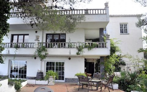 This property to be renovated is located in the middle of the mountain, between Vilassar de Dalt and Vallromanes, located in the district of Vilassar de Dalt. It is a town house of about 493m2 built completely outside and very bright, sunny and semi-...
