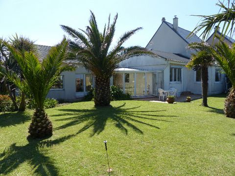 Laurence Gustave presents a real waterfront house, in the region of La Hague, in a popular city with shops nearby. Paradise with palm trees, sea view and direct access to the beach. Villa of 147 m ² of even foot, very bright, consisting of done up an...