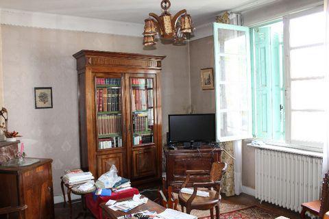 Dans un quartier calme de Périgueux, entre clos-chassaing et le toulon, à proximité du péribus, cette maison des années 50 se trouve sur un terrain de 395m². Elle se compose d'une entrée, séjour-salle à manger (parquet au sol) , cuisine et WC. A l'ét...