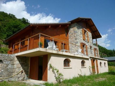 Newly constructed house in the alpes, just one hour drive from the airport in Nice. It offers a living space of 220 m² with a separate apartment on the garden level of 80 m². Land of 2.300 m².Close to the national parc Mercantour and it's many hiking...