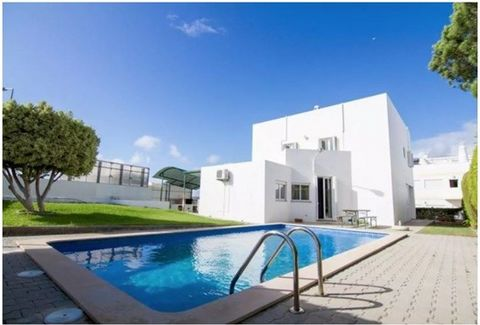 Fantastic villa on a plot insulated with 560 m2, served by various services such as restaurants, supermarkets, schools, pharmacy, public transport, etc. and still near the beaches of the cliff, Ravine of the Belharucas and Olhos de Agua.