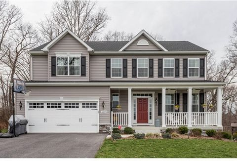 This home is turn-key ready and pride of ownership shows throughout! This beautiful Mount Airy home boasts 9ft. ceilings, fireplace, granite counter tops, SS appliances, recessed lights, hardwood floors in foyer, powder room, kitchen, family room & d...