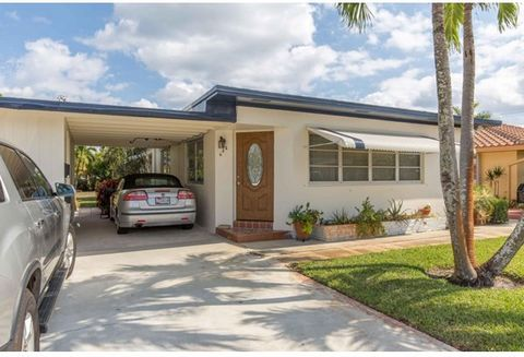 Tropical East Lake Worth paradise. Cash flowing fully turn key duplex. Front unit is a 2 bedroom 2 bathroom (second bathroom located in carport) with a freshly painted interior. Kitchen features new backsplash and gas stove. Central AC, private back ...