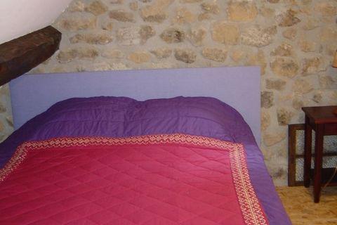 Dans le département de l'Ardèche, ce château restauré du 17ème siècle avec des maisons d'autocars se dresse sur le flanc d'une colline à une altitude de 640 mètres. De nos jours, vous trouverez ici quelques chambres, des appartements pour quatre à si...