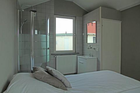 Ce charmant chalet est situé dans un village de vacances, directement sur la plage d'Oosterschelde. Votre bungalow de vacances se trouve sur un seul niveau et est donc parfait pour les personnes à mobilité réduite. Le décor du salon est moderne et la...
