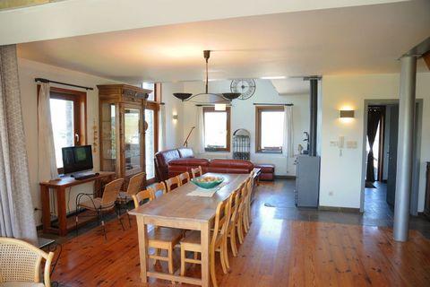 Cette maison en pierre du pays peut accueillir 8 personnes. Au rez-de-chaussée, vous disposez d'une cuisine spacieuse, d'un séjour (tv écran plat, home cinéma, lecteur DVD et Xbox) et d'une salle à manger. A l'étage se trouvent un coin lecture, une s...