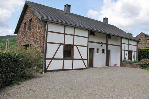 Stoumont-Moulin du Ruy se situe à 15 km. à louest de Stavelot. Implanté à un endroit calme, contre le flanc verdoyant de la Vallée de Roannay, ce séjour de vacances très complet vous offre une vue magnifique. Vous disposerez dun jardin avec du mobili...