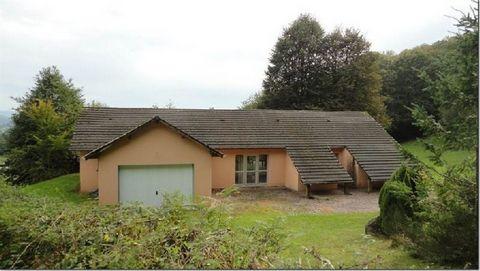 Sud Morvan Maison de 230 m², 4 pièces, 3 chambres avec sdb privative, séjour de 75 m². Terrain de 1 ha 02 a 13 ca. Pas de Chauffage.
