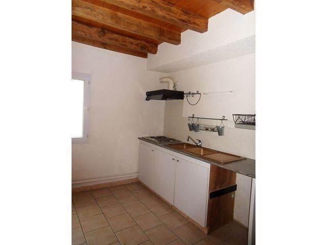 Un appartement de type 3 comprenant: salon, cuisine, salle de bains, wc. A l'étage: deux chambres.