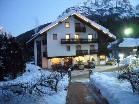 Aperta tutto l'anno, Casa Rosada offre i propri appartamenti in locazione. È situata in una posizione particolarmente favorevole, proprio nel cuore delle Dolomiti, circondata dalle maestose vette del Civetta (m.3218), del monte Pelmo (m.3168) e della...