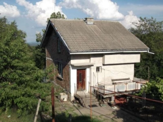 The property consists of a 2-story house offering about 120 sq.m. of living area, a garage and a good-sized plot of land spreading over 1500 sq.m. It is set on the outskirts of the town of Gabrovo and benefits from peaceful atmosphere and picturesque...