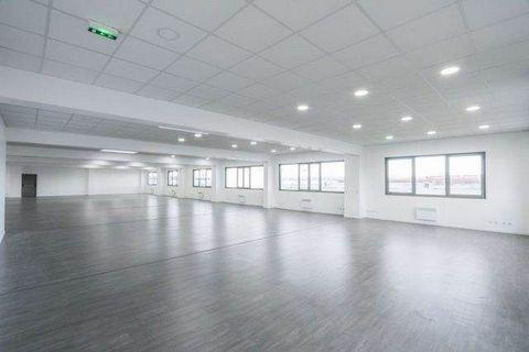 A 3 minutes à pied du quartz, un local d'activité REFAIT NEUF de 1550 m² sur 3 étages entièrement ERP et PMR. Ascenseur sur 3 niveaux:- auRDC : open space- Au 1er étage: 3 bureaux cloisonnés- Au 2eme étage: 12 bureaux cloisonnés de 50m² chacun- Au 3...