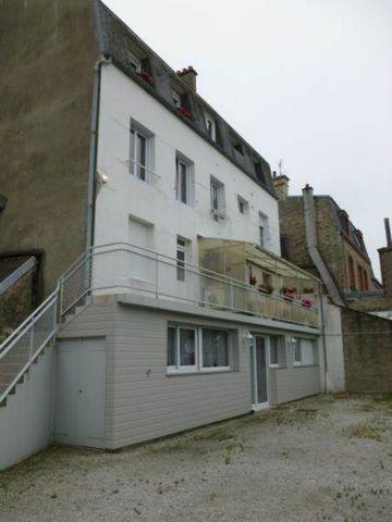 Appartement de type F4 de 95 m² habitables. Séjour-salon de 33 m². Cuisine E/A. 3 chambres. Garage + stationnement. Dispo 1er Mars 2015. A VOIR RAPIDEMENT ! Classe énergie C (121). Honoraires locataires 582.80 €.
