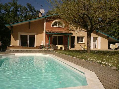 CADARSAC 33750 entre Libourne et Bordeaux sur terrain exceptionnel de 5500 m2 boisé avec Piscine. Maison d'Architecte en parfait état, composée d'un grand séjour avec Cheminée, une pièce attenante pouvant aussi bien servir de bureau ou 4ieme chambre,...