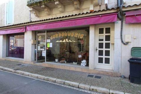 Dans Centre de Vergt, local commercial avec vitrine comprenant une pièce de 47 m2 et une 2nde pièce de 18 m2. LIBRE.