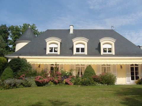 15mins from the centre of Tours and the TGV station, in a quiet, wooded setting, beautiful contemporary villa (approx. 370m² of living space) with 6 bedrooms (2 on the ground floor) and 4 bathrooms. Basement under the whole house. All the rooms are...