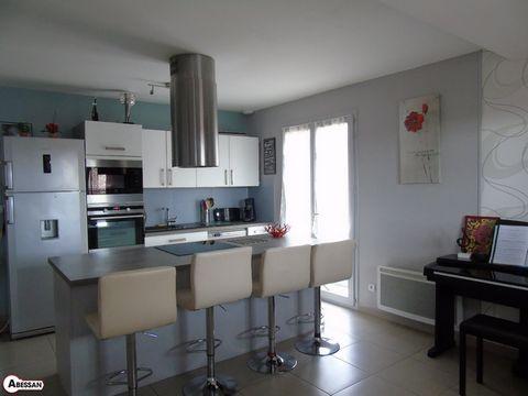 Aude (11) A vendre, dans le secteur de Lézignan-Corbières, cette spacieuse villa fonctionnelle construite en 2012 de 115 m² Label BBC RT 2010, trois faces avec quatre chambres, deux terrasses sur un terrain de 350 m² avec une piscine hors sol et un c...