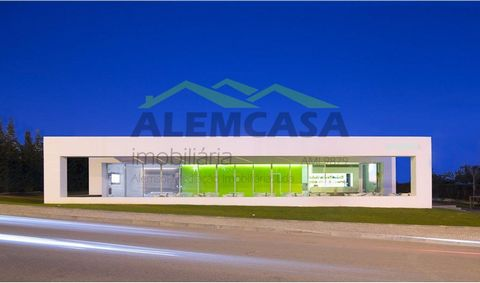 For sale Bar with modern lines, in Praia da Rocha, entered a land of 1030m2, with very nice and green areas with Tennis Court. It is located 300 m from the beach, with some areas of 130 m 2 + 85 m 2 of terrace. A Bar with minimalist inspiration, with...